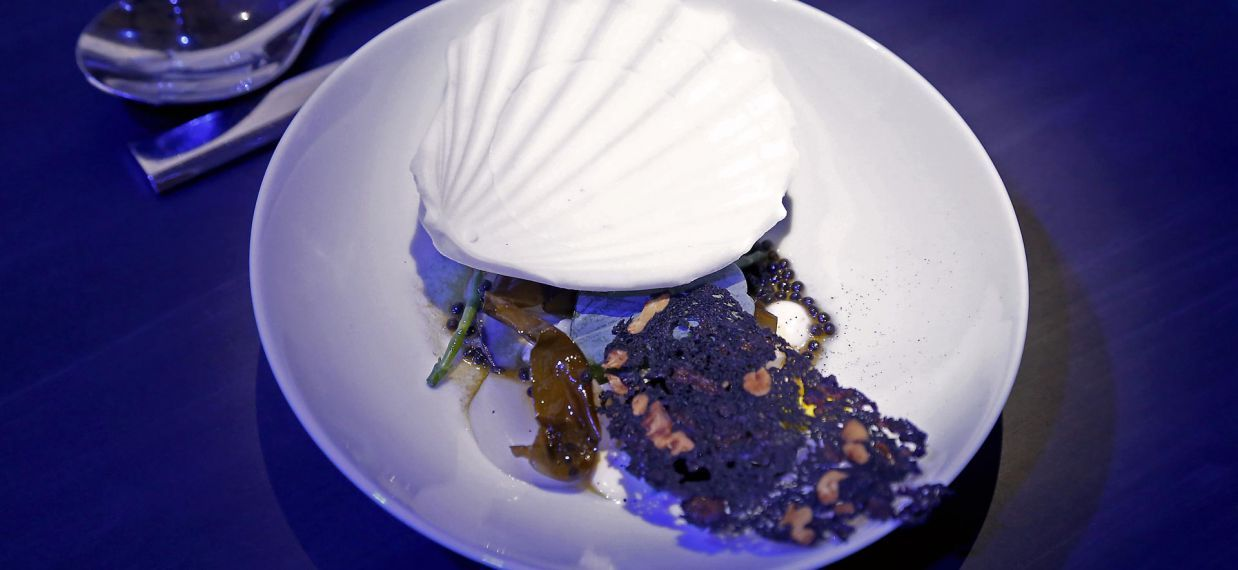 A bird, a sea, a journey by Paul Pairet at Versailles for Martell300 anniversary - Tea-weed oyster & Scallops melba - Lemon sea sorbet