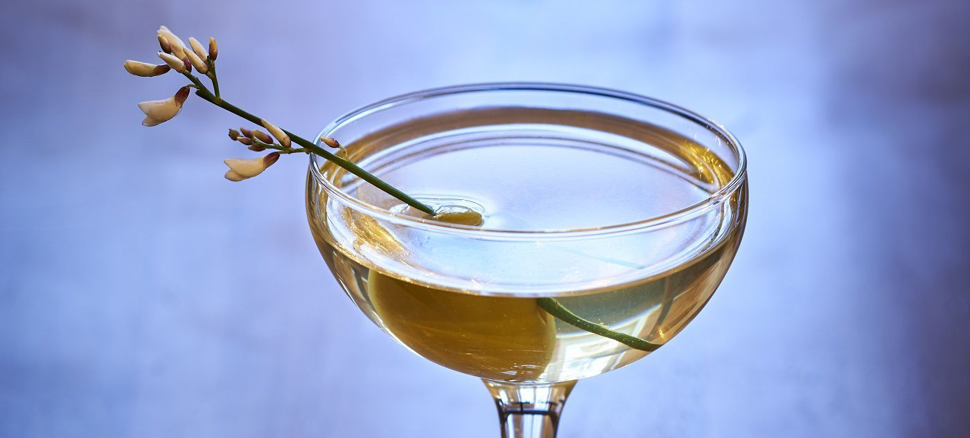 MISTRAL MARTINI  3cl Martell Extraits 4cl gin 2 drops of orange bitters Garnish : olive  Add all the ingredients into a mixing glass and fill with ice. Stir until very cold and strain into a chilled cocktail glass.