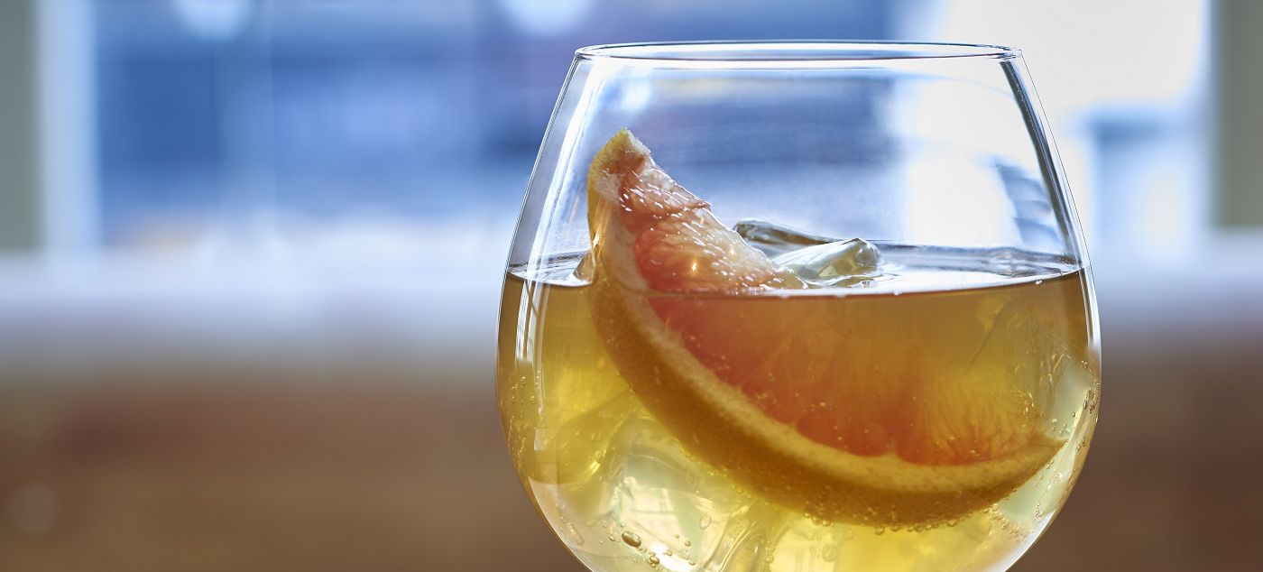 FRENCH BLOSSOM  4cl Martell Extraits 1.5cl lemon juice Fresh ginger beer Garnish : grapefruit slice