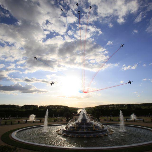 La espectacular exhibición acrobática de la Patrulla de Francia en el Palacio de Versalles con motivo del 300.º aniversario de Martell