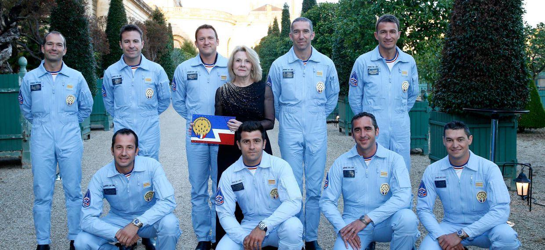 Пилоты эскадрильи La patrouille de France вместе с госпожой Катрин Пегар, директором Версальского музейного комплекса.
