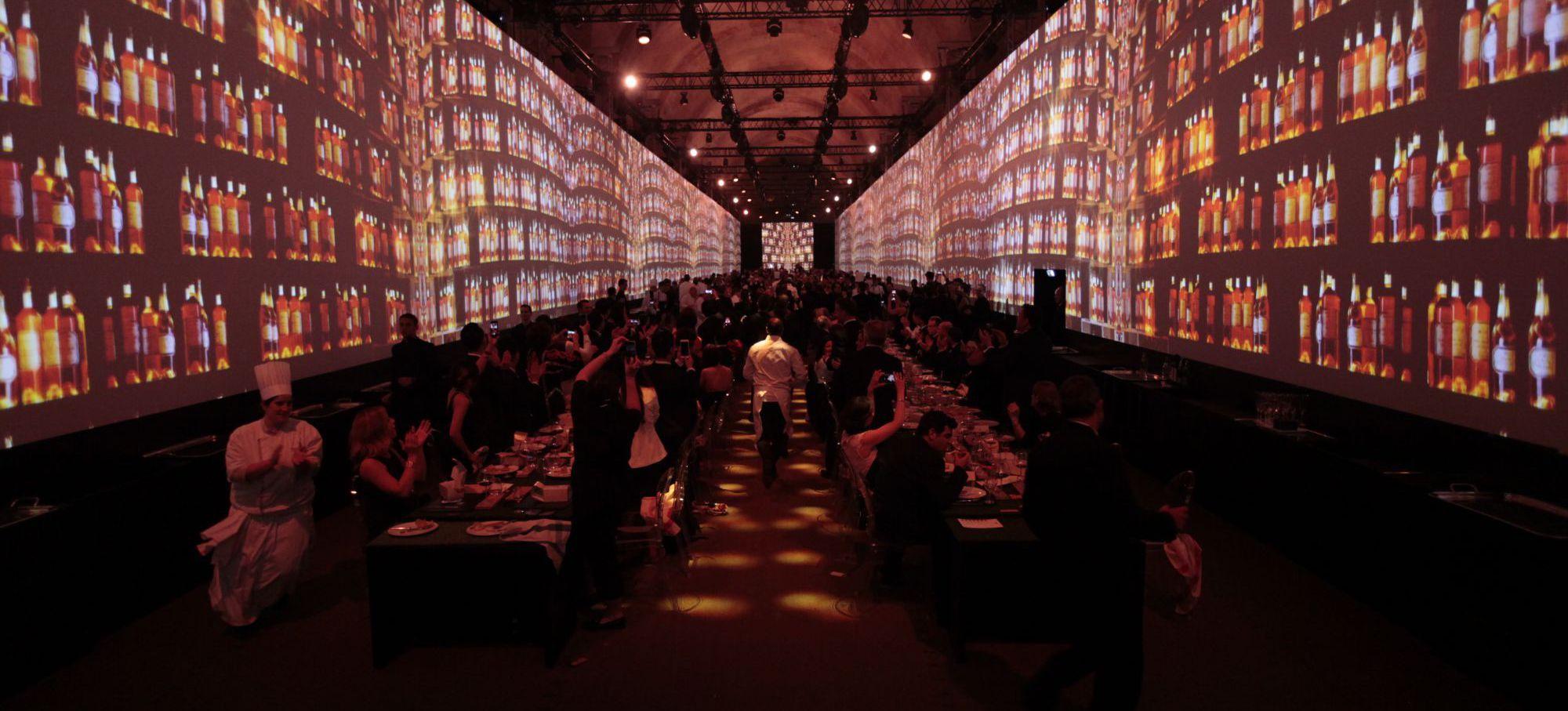 保羅·派里(Paul Pairet)及其團隊於晚餐結束時以獨特方式亮相。